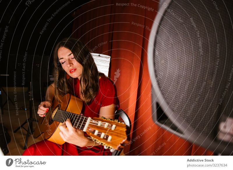 Kreative Frau singt und spielt Gitarre auf der Bühne Schauplatz Leistung Musik Musiker Sänger Gitarrenspieler Konzert Künstlerin Entertainment Gesang Klang