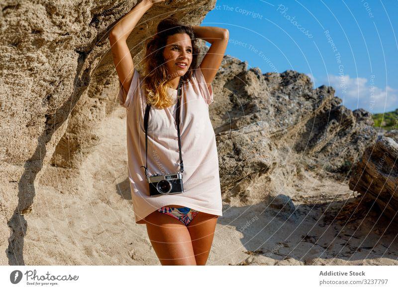 Frau steht auf steinigem Felsen Landschaft fotografierend Fotograf Tourist reisen Berge u. Gebirge Natur wandern Abenteuer Fotokamera Stein Klippe Fotografie