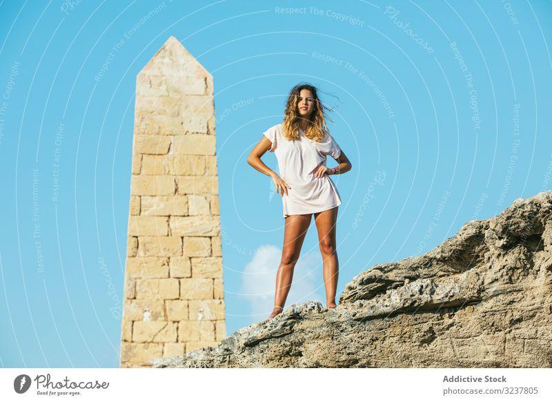 Stilvolle junge Frau im Urlaub auf die Klippe Tourist Stehen Obelisk Abenteuer Reisender Berge u. Gebirge Felsen extrem Wanderer Freiheit Tal Aktivität Natur