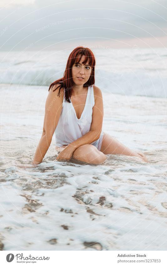 Ingwerfrau entspannt sich bei Sonnenuntergang am Strand Frau MEER Rotschopf sinnlich frei träumend friedlich verführerisch Eleganz Körper Figur Meer Wellen