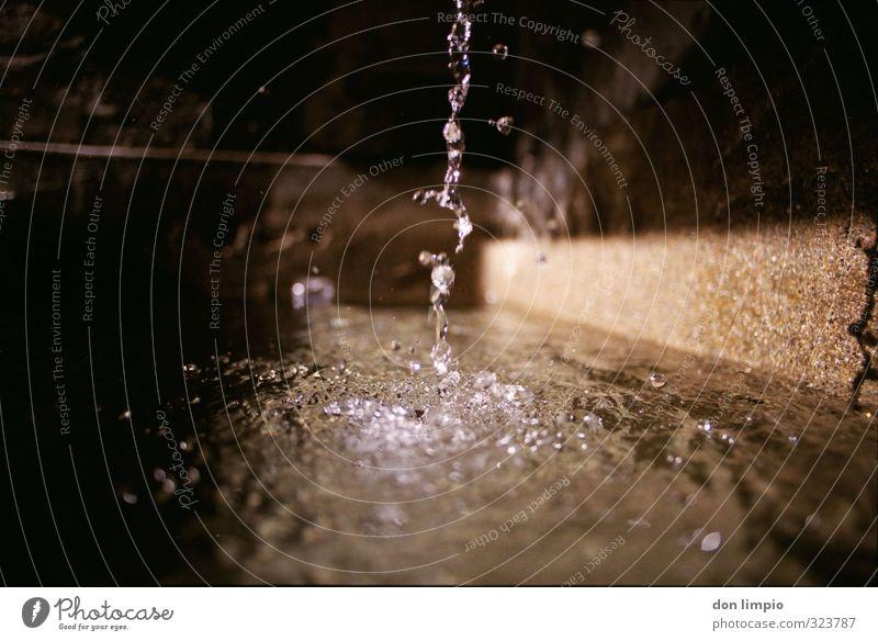 klares kaltes wasser Wassertropfen glänzend einfach Flüssigkeit frisch rein analog fließen Klarheit Farbfoto Detailaufnahme Textfreiraum links