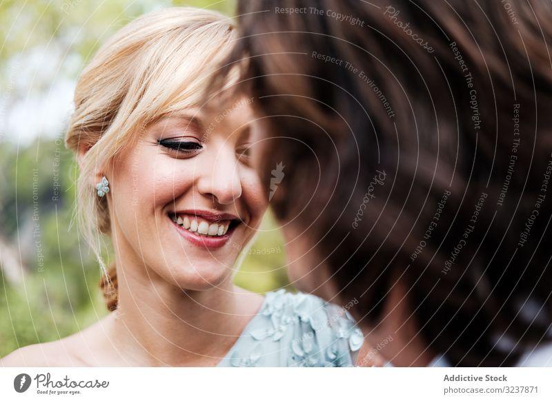 Zufriedene junge frisch verheiratete Menschen, die sich aneinander erfreuen striegeln Braut Hochzeit Heirat Liebe Feier Paar Ehefrau Frau Fröhlichkeit heiter