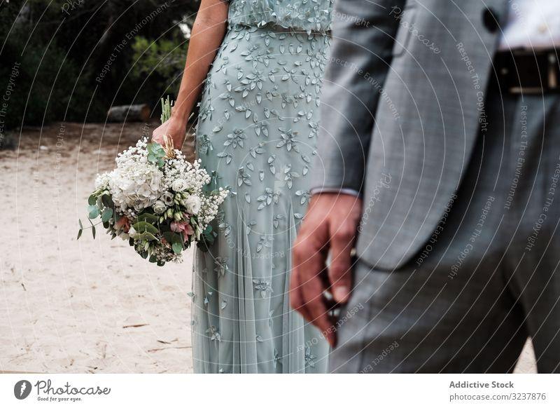 Glückliches Ehepaar in Hochzeitskleidung im Wald striegeln Braut Heirat Liebe Feier Paar Ehefrau Frau Partnerschaft Jungvermählter Natur Baum nadelhaltig
