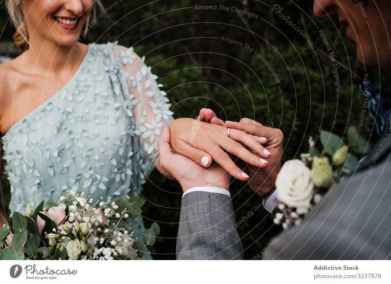 Fröhliches frisch verheiratetes Paar tauscht Ringe Hochzeit Liebe Engagement Fröhlichkeit Schmuck Ehefrau Frau Mann Glück Festakt Romantik Zusammensein Ehemann