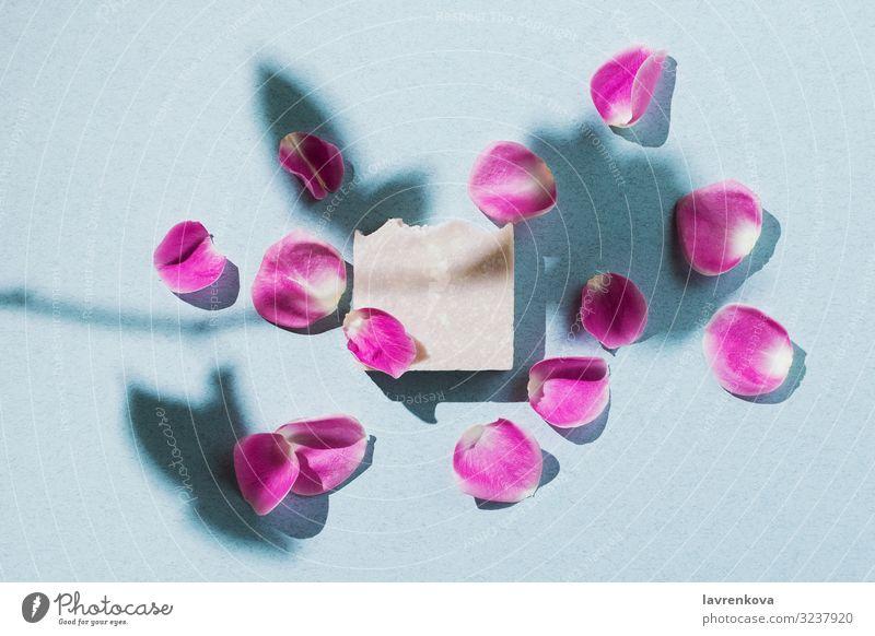 Minimalistische Flachlegung aus natürlicher handgefertigter Seife mit Blütenblättern Bars Bad Beautyfotografie Körper Körperpflege Kosmetik schlitzohrig Rose