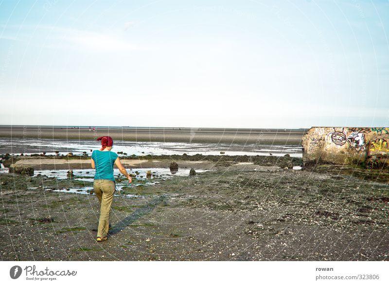 strand Mensch feminin Junge Frau Jugendliche Erwachsene 1 Küste dreckig kalt nass Stadt Mauer Graffiti Strand Spaziergang gehen Horizont Wasser Pfütze kaputt