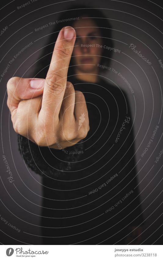 Frau mit dunklem Pullover, die den Mittelfinger zeigt. missbrauchen Aggression schwarz Entwurf Konflikt Korruption Verteidigung Diskriminierung