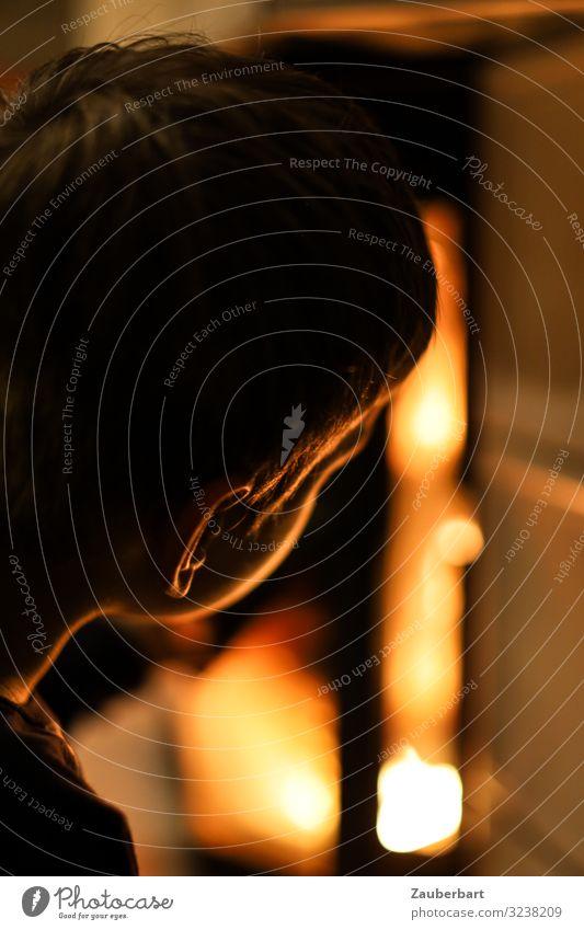 Neugier / Kleiner Junge schaut in Kamin Wohnung Kind Kopf 1 Mensch 3-8 Jahre Kindheit Feuer Kaminfeuer beobachten leuchten Blick Wärme orange Geborgenheit