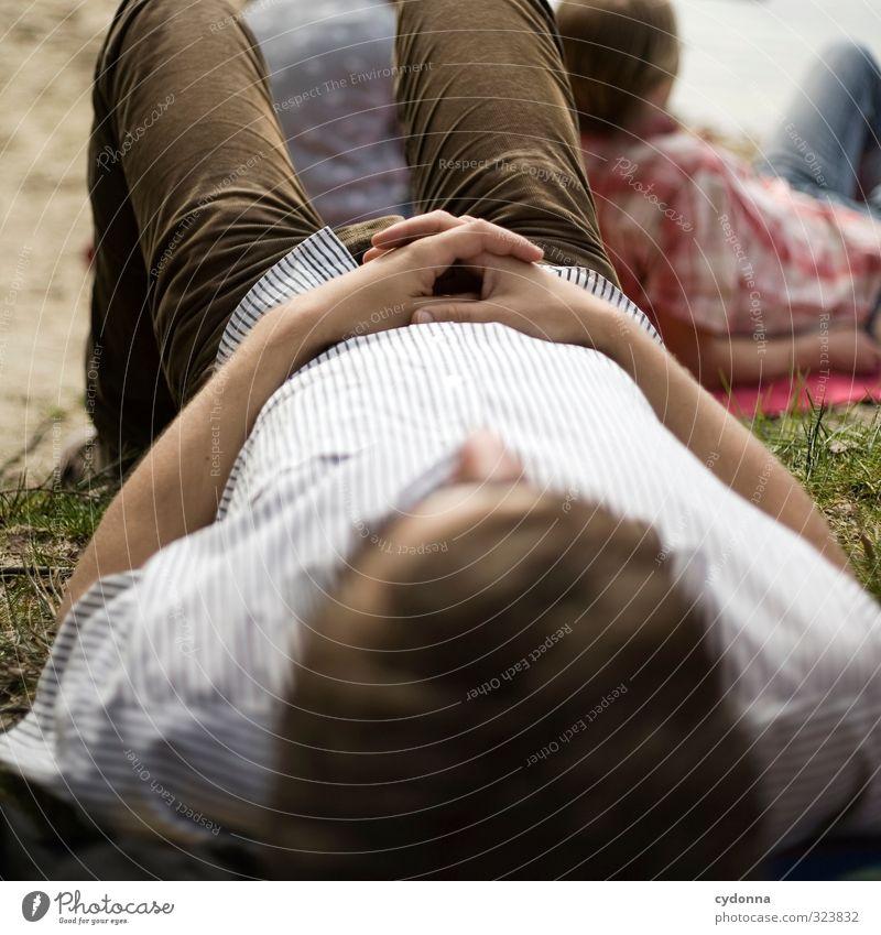 Die Welt Welt sein lassen Mensch Natur Jugendliche Ferien & Urlaub & Reisen Sommer Hand Erholung ruhig Strand Erwachsene Umwelt Junger Mann Wiese Leben