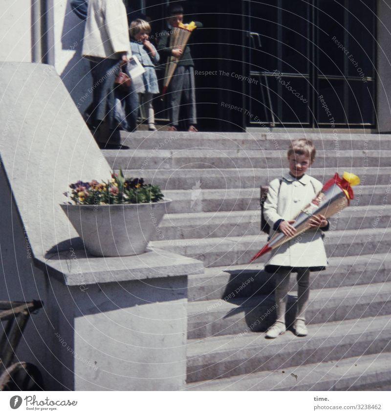 Vorschusslorbeeren Bildung Schule Schulgebäude Schulkind Schüler feminin Mädchen 4 Mensch Haus Treppe Geländer Eingang Eingangstür beobachten festhalten Blick