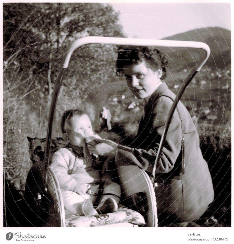Pause Mutter Kind Junge Kleinkind Moppel Gesunde Ernährung Speise trinken füttern Ausfahrt Kinderwagen Schwarzwald Fünfziger Jahre