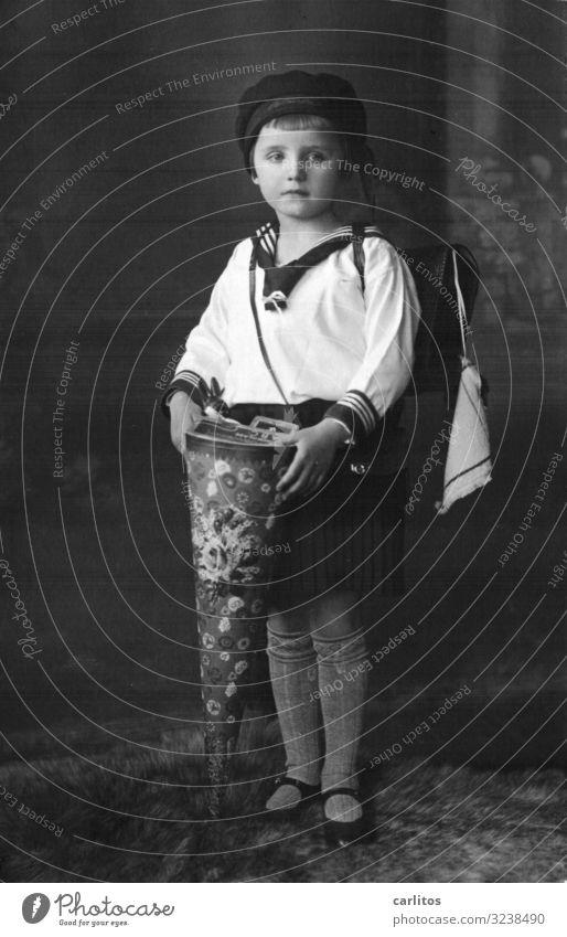 Der erste Schultag Kind Mädchen Einschulung Dreißiger Jahre Vergangenheit früher Schultüte gute alte Zeit Matrosenuniform
