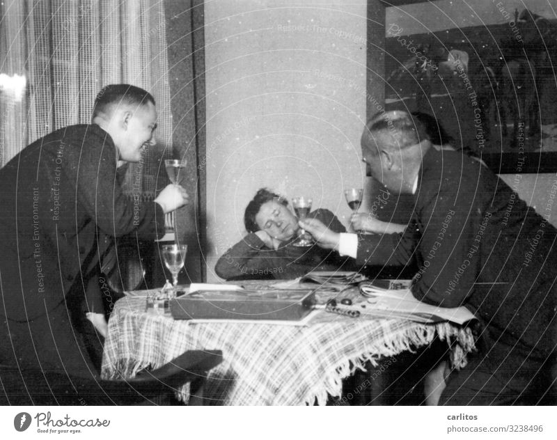 Wer den Schaden hat ... Vergangenheit früher Wohnzimmer gute Stube Feste & Feiern Alkohol Wein schlafen Witz Zuprosten lustig Schwarzweißfoto