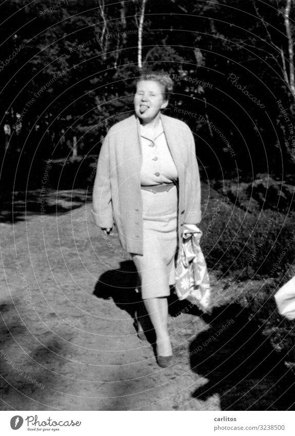 Meine Oma Großmutter Senior Weiblicher Senior lustig abfällig Zunge rausstrecken Schwarzweißfoto Sechziger Jahre Fünfziger Jahre Vergangenheit Wirtschaftswunder