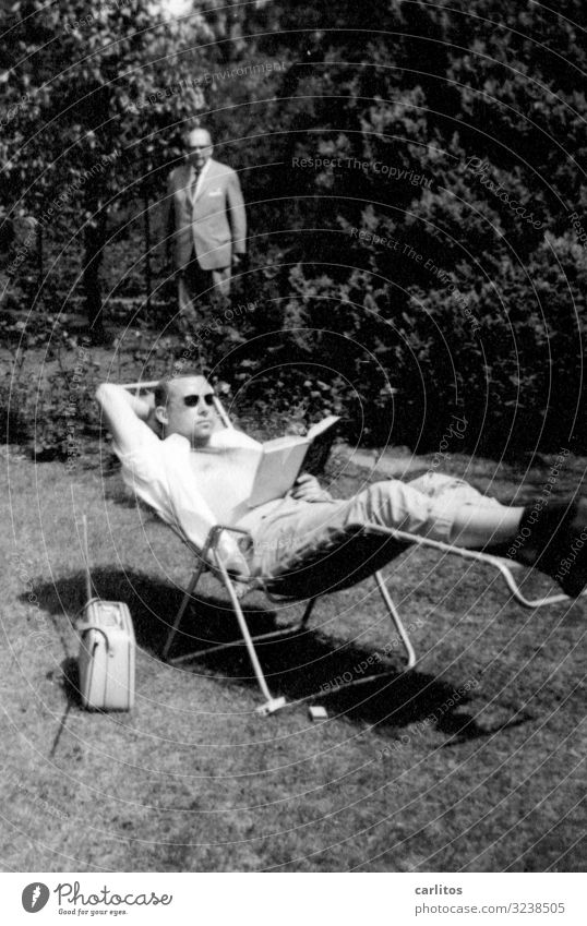 Chillige Relaxpause Jugendliche Junger Mann Sechziger Jahre Liegestuhl Kofferradio Buch lesen Pause Erholung Garten Wirtschaftswunder Vergangenheit