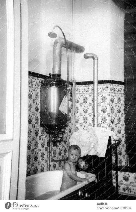Das ist soooo kalt Kind Schwimmen & Baden Kindheit Badewanne einfach Vergangenheit Kindheitserinnerung früher Zwanziger Jahre