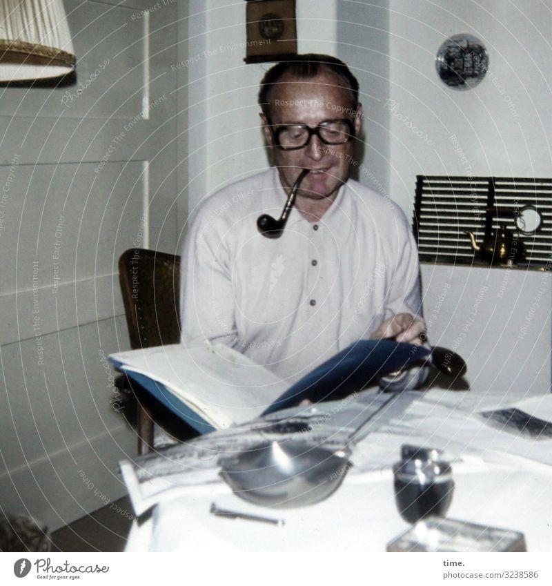 Steuerunterlagen Häusliches Leben Wohnung Möbel Stuhl Tisch Wohnzimmer maskulin Mann Erwachsene 1 Mensch Brille Pfeife Aktenordner brünett kurzhaarig lesen