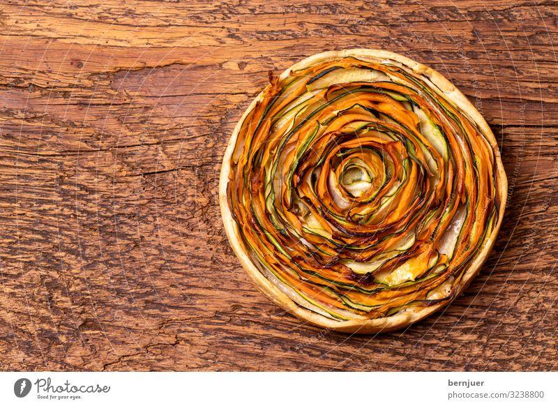Kuchen mit Karotten und Zucchini auf Holz Gemüse Brot Mittagessen Abendessen Teller 1 Mensch rund Karottenkuchen Zucchinikuchen Teile u. Stücke Schiffsplanken