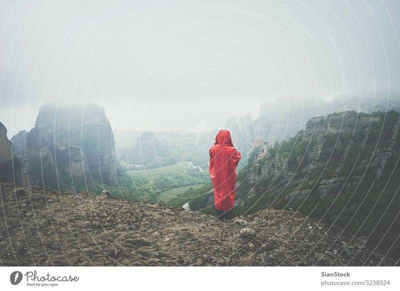 Frau mit rotem Regenmantel in der Landschaft der Meteora-Felsen, Griechenland schön Ferien & Urlaub & Reisen Tourismus Sommer Berge u. Gebirge wandern