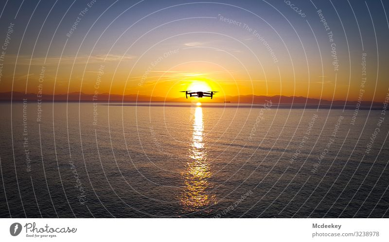 I see you drone drone flight sunset light sunshine Sonnenlicht Meer ocean Sonnenuntergang Sonnenuntergangshimmel Himmel Wolken Licht Außenaufnahme Landschaft