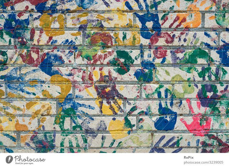 Hände auf Lifestyle Stil Bildung Kindergarten Schule Schulhof Hand Finger Kunst Maler Kunstwerk Gemälde Architektur Kleinstadt Haus Mauer Wand Stein streichen