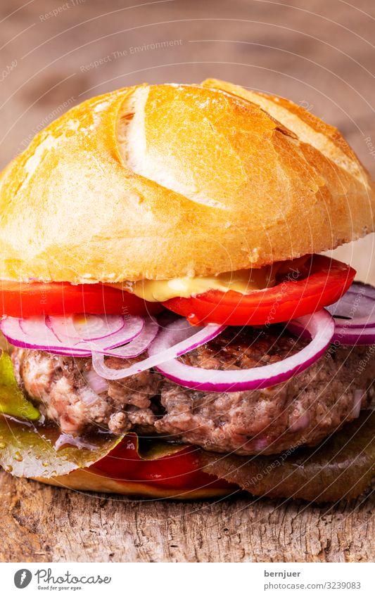 Hamburger auf Holz Fleisch Gemüse Brot Brötchen Fastfood Grill groß lecker saftig Geschwindigkeit Tomate selbstgemacht Fleischklösse Hackfleisch Zutaten bbq