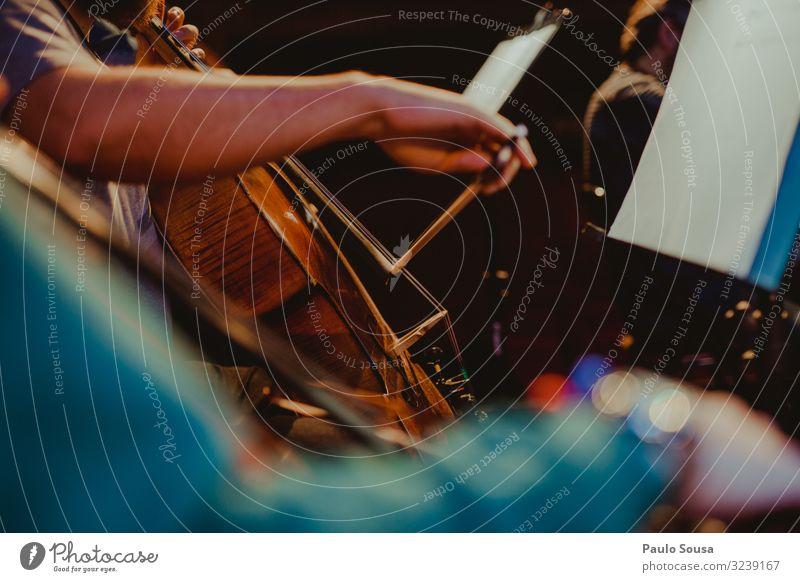 Mann spielt Cello in einem Konzert Lifestyle Freizeit & Hobby Mensch maskulin 1 18-30 Jahre Jugendliche Erwachsene Kunst Künstler Bühne Veranstaltung Musik
