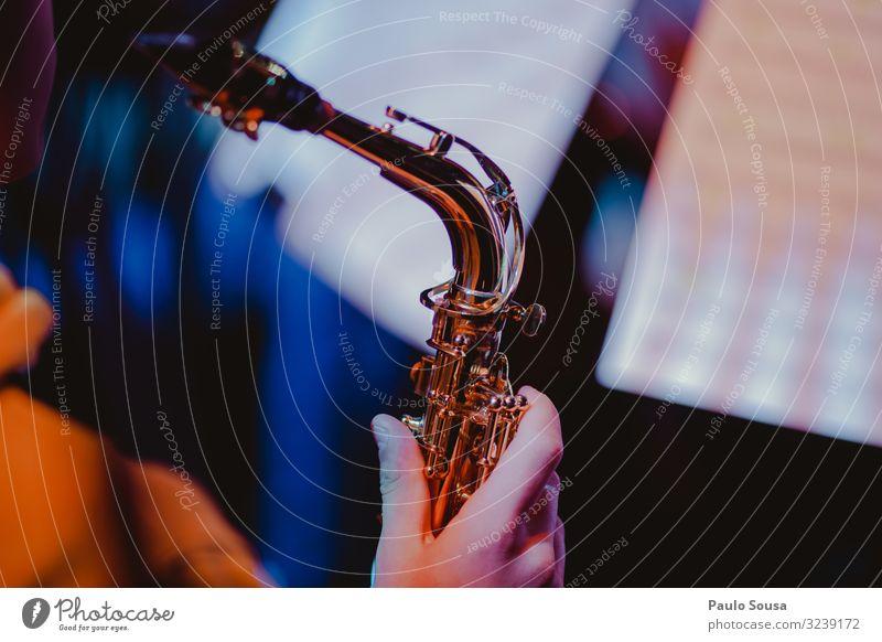 Nahaufnahme einer Hand, die ein Saxophon hält Musik Saxophonspieler Musiker Mensch Jugendliche Messing elegant Blues Klang Klassik klassisch professionell