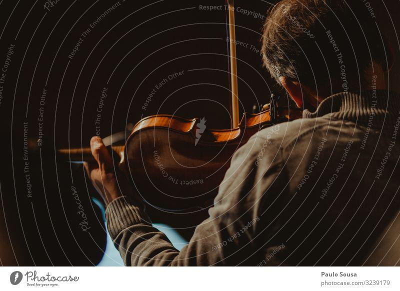 Mann spielt Geige Lifestyle Mensch maskulin 1 Feste & Feiern Musik hören Entschlossenheit Freizeit & Hobby Gefühle Hoffnung Kunst ruhig Geiger Musiker
