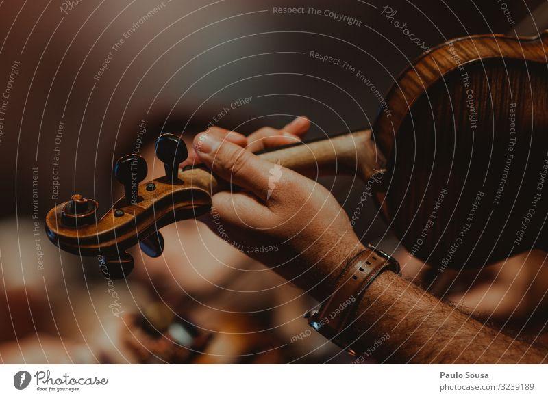 Nahaufnahme eines Geigenspielers Lifestyle maskulin Hand 1 Mensch Künstler Musik Musiker Orchester genießen hören Kommunizieren Musik hören träumen ästhetisch