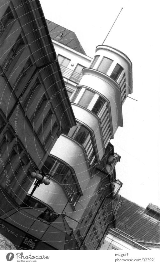 Fassade Prag Haus Erker Architektur Bauhaus Schwarzweißfoto Turm