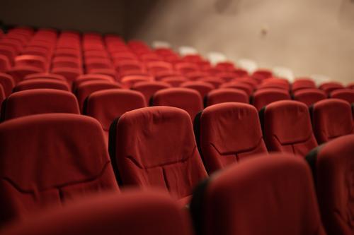 Leere Sitze Theater Publikum leer Raum Textfreiraum Stuhl Sitzreihe Platz Konzert Sitzgelegenheit Reihe Farbfoto Show Bestuhlung Stuhlreihe viele mehrere