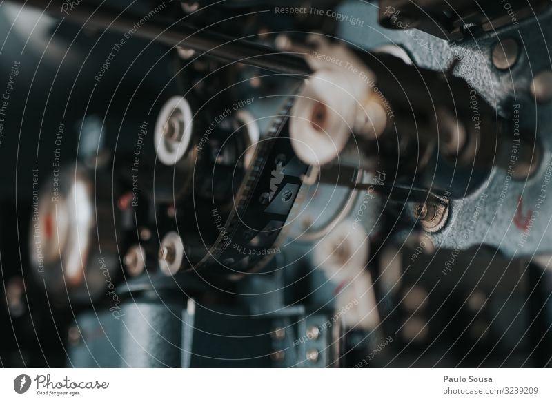 Alter Filmprojektor Filmindustrie Filmmaterial Projektor altehrwürdig retro Textfreiraum Kino Video Farbfoto Projektion Filmgenre Projektionsleinwand