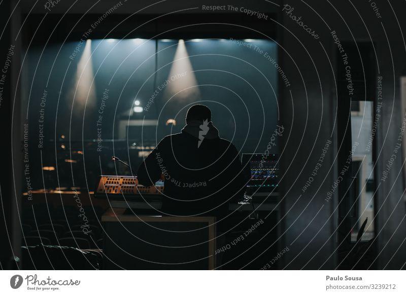 Rückansicht des Toningenieurs Klang Tontechnik mischen Konzert Musik musizieren Lautstärke Musikinstrument schwarz Menschenleer Musik hören Farbfoto Musiker