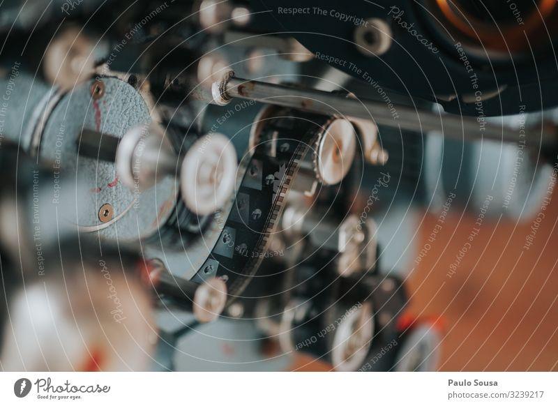 Alter Filmprojektor Projektor Filmmaterial Kino dunkel Theater Projektionsleinwand Kultur Filmindustrie Filmpremiere Kinosaal Freizeit & Hobby Kinosessel Lampe
