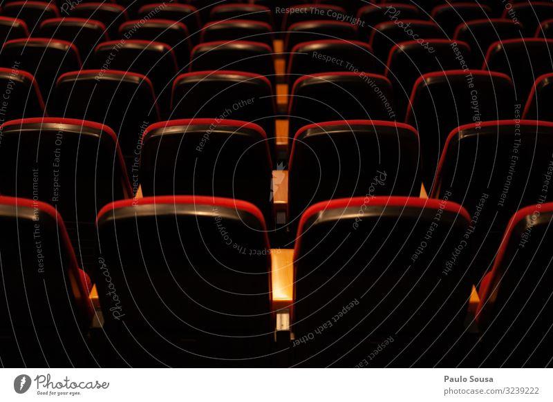 Leere Plätze in einem Theater Lifestyle frei viele rot ästhetisch Kreativität Kinosessel Sitz Sitzgelegenheit Bestuhlung Sitzreihe Stuhlreihe leer Farbfoto