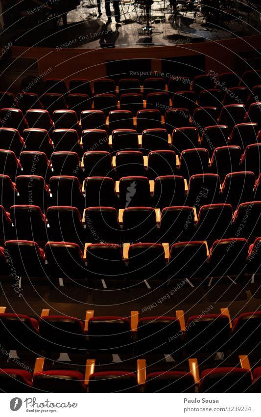 Leere Plätze in einem Theater Lifestyle ästhetisch dunkel frei oben rot Freizeit & Hobby Kreativität Leistung Misserfolg Ordnung leer Sitz Sitzgelegenheit