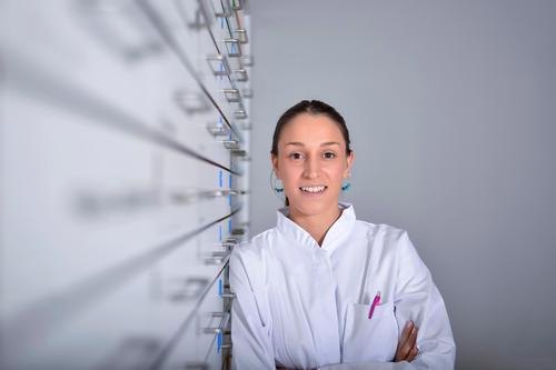 Apothekerin Apothekerin Frau stehend in Apotheke kaufen Glück Gesundheitswesen Medikament Arbeit & Erwerbstätigkeit Arzt Business Mensch Junge Frau Jugendliche