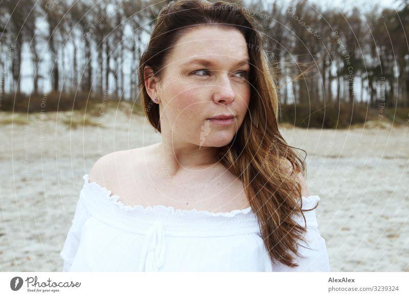 Portrait einer jungen Frau vor Stranddüne elegant Freude schön Leben Wohlgefühl Ausflug Junge Frau Jugendliche Erwachsene 30-45 Jahre Landschaft Herbst Baum