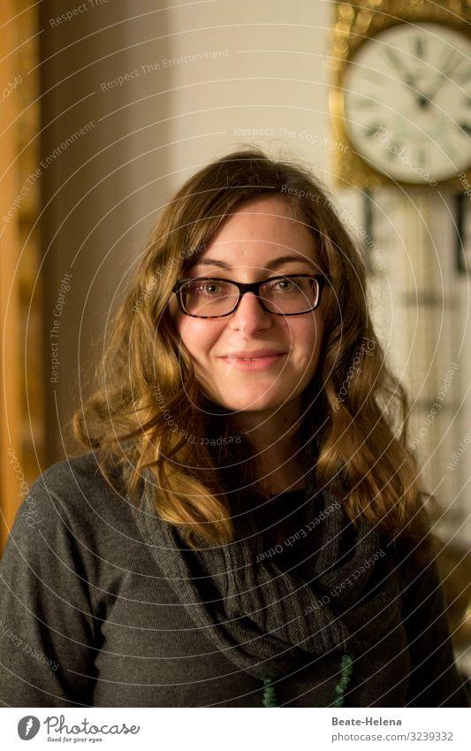 es ist nie zu spät Stil Freude Glück schön Gesicht Häusliches Leben Junge Frau Jugendliche Mauer Wand Pullover Brille Haare & Frisuren brünett langhaarig Locken
