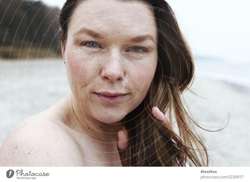Portrait einer jungen Frau am Strand Jugendliche Junge Frau schön Landschaft Meer Freude Gesicht Erwachsene Leben Herbst natürlich feminin Stil ästhetisch Haut