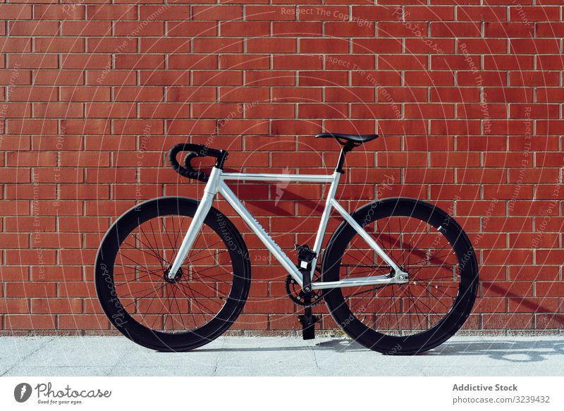 Rennrad gegen Ziegelmauer Fahrrad stehen Wand weiß schwarz rot parken Lehnen modern Verkehr Rad Sport Fahrzeug Pedal Lenkstange Mitfahrgelegenheit Aktivität