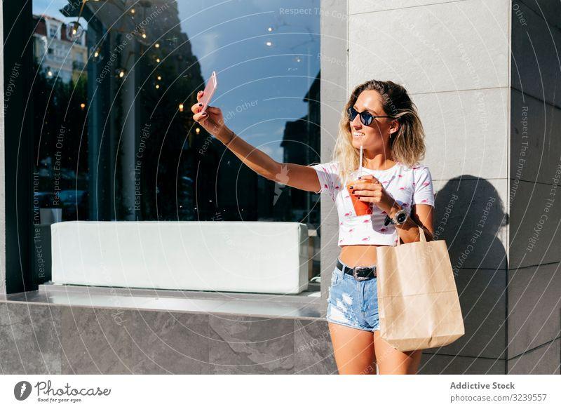 Fröhliche Frau verlässt Restaurant Café trinken Gesundheit Lächeln Smartphone Tüte lassen urban Vitamin Getränk Saft Smoothie Tasse Entzug heiter erfreut Dame