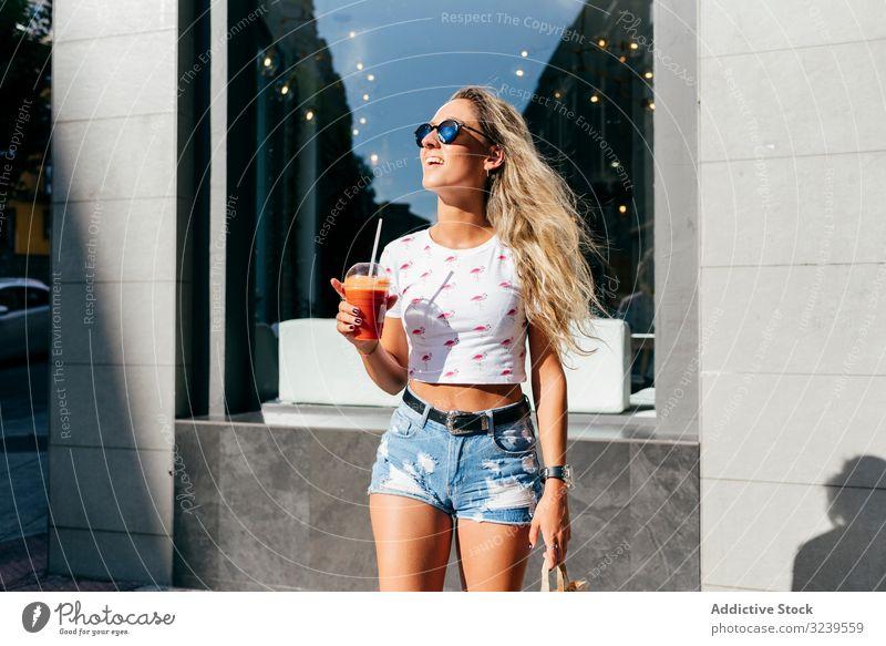 Stilvolle Frau genießt gesundes Trinken auf der Straße trinken Gesundheit Lächeln Großstadt Sommer Lifestyle urban Freude stylisch trendy ruhen