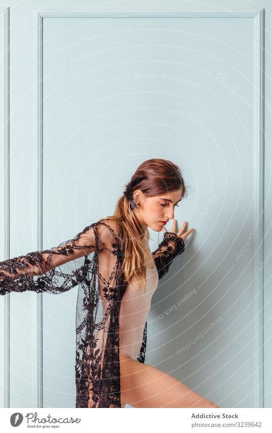 Anmutige stilvolle Frau in Spitzenunterwäsche an der Wand lehnend stylisch sinnlich Dessous zierlich schlank Angebot Lehnen Model Schönheit attraktiv sexy
