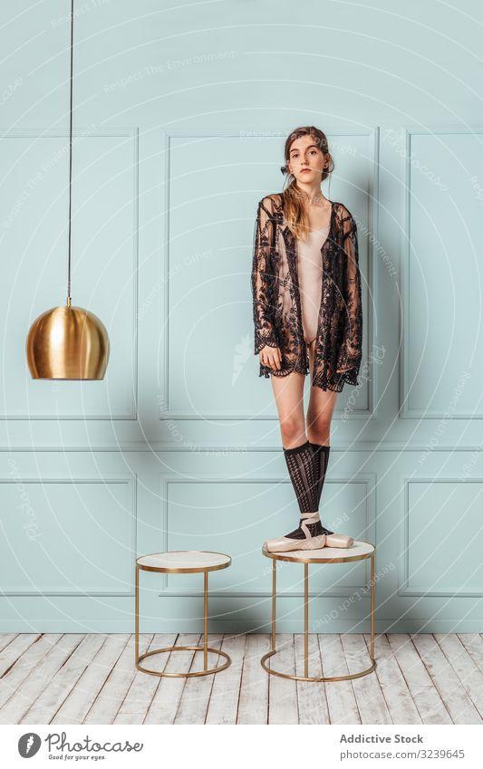 Ballettmädchen posiert auf türkisfarbenem Hintergrund. Frau Tanzen Leistung Atelier Kleid Mädchen Balletttänzer Ballerina Model Lampe Flexibilität Stuhl