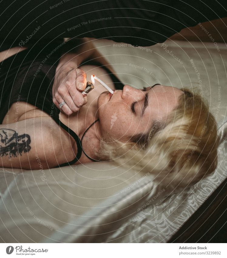Zuversichtlich nachdenkliche sommersprossige Frau raucht im Bett Rauch sich[Akk] entspannen nachdenken cool provokant selbstbewusst Sommersprosse Teenager