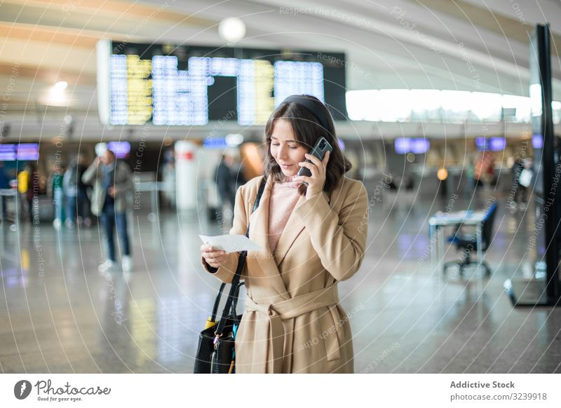 Frau benutzt Smartphone am Flughafen Reisender Texten Wartehalle Abheben Flugzeug Mobile Geschäftsfrau Terminal Telefon Browsen zuschauend benutzend sprechend