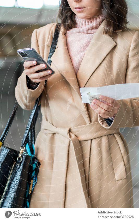 Frau benutzt Smartphone am Flughafen Reisender Texten Wartehalle Abheben Flugzeug Mobile Geschäftsfrau Terminal Telefon Browsen zuschauend benutzend Surfen