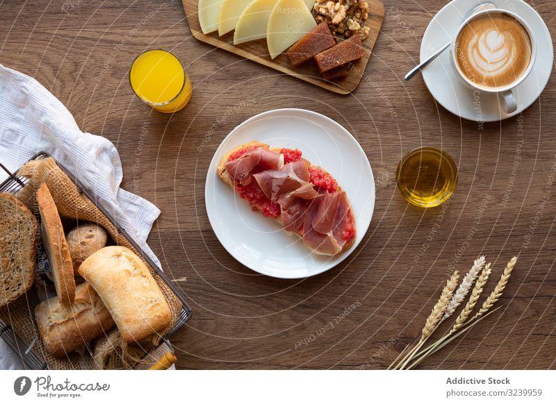 Stilvolle Servierplatten mit Sandwich zum Frühstück Tisch Einstellung Lebensmittel Belegtes Brot frisch Gesundheit Mahlzeit Morgen hölzern Mittagessen Tasse